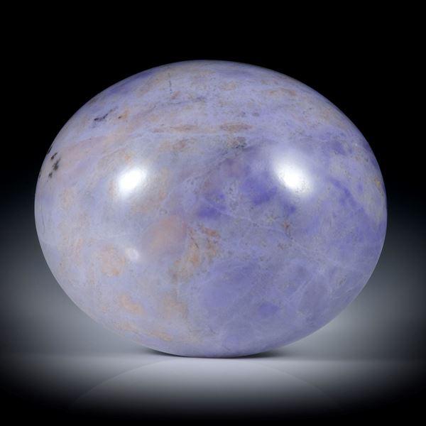 Jadeit Cabochon violett (Türkei), ovale Form, hoch bombiert und poliert ca.33x28.5x24mm