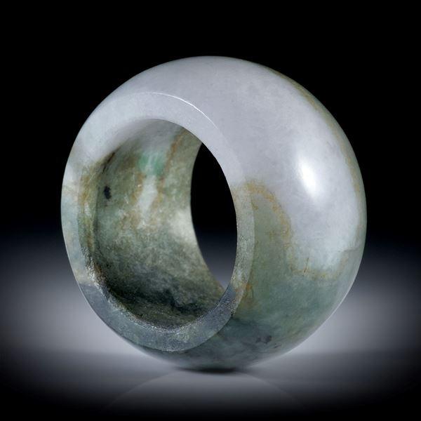 Jadeit (Burma), parallel geschliffener Fingerring, Breite 15.7mm, Innendurchmesser 19.4mm