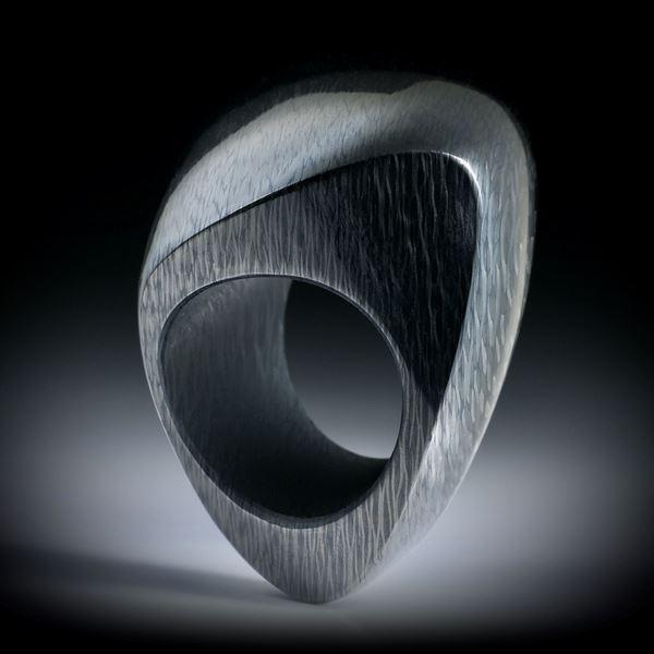 Carbon Fingerring, grosse Freiform poliert, nach unten schmaler werdend, Innendurchmesser 20.2mm
