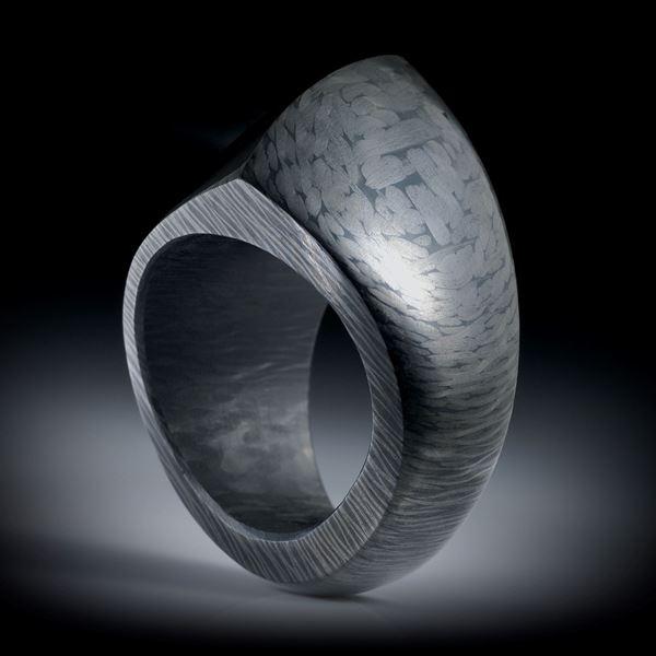 Karbon Fingerring, bequeme Freiform poliert, nach unten schmaler werdend, Innendurchmesser 19.3mm