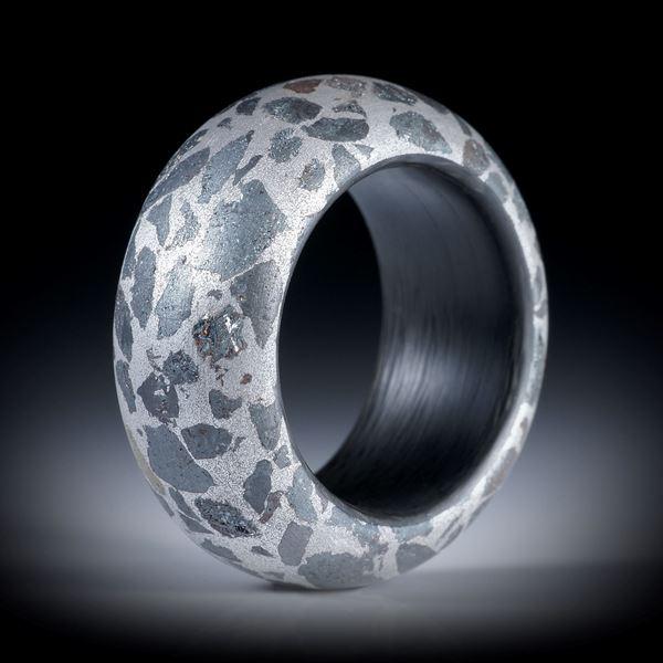 Fingerring Eisenerz in Alumatrix, feinmatt mit Carbon Innenring, Breite 12mm, Innendurchmesser 18.6mm