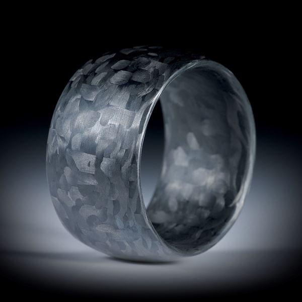 Karbon Fingerring, grob kariertes Muster, innen und aussen bombiert und feinmatt, Breite 13.5mm, Innendurchmesser 20.2mm