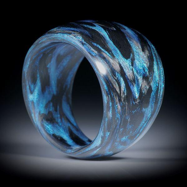 Karbonring mit Glasfaser Libellenblau, im Verlauf geschliffen und poliert, Breite 18.5mm auf 9.5mm, Innendurchmesser 19.5mm