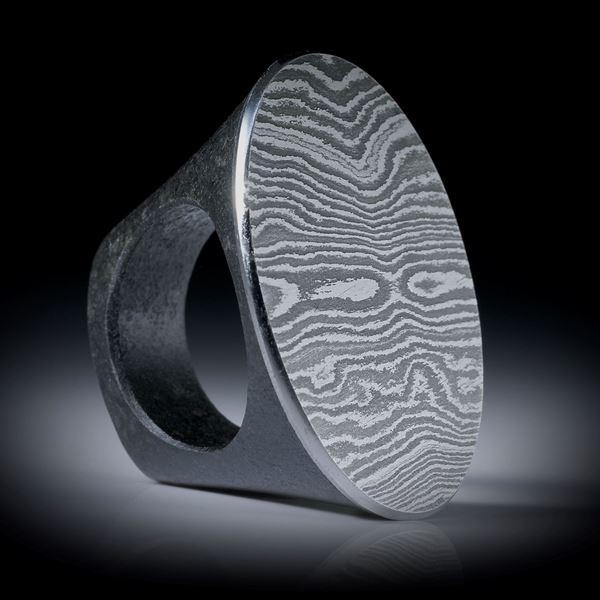 Fingerring Damaststahl auf Gabbro Ringschiene, ovaler Tafelring, Innendurchmesser 19mm