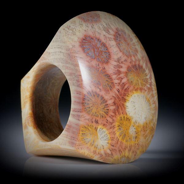 Steinring aus versteinerter Koralle (Indonesien), grosser Tafelring poliert/mattiert ca.39x32x29mm, Innendurchmesser 19.1mm