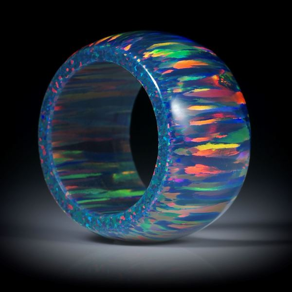 Fingerring aus synthetischem Opal, parallel geschliffen und leicht bombiert, Breite 15mm, Innendurchmesser 19.1mm