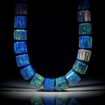 Collier aus synthetischem Opal, Zylinderformen mit bombierten Seiten, Durchmesser 15-18mm, Länge ca.45cm