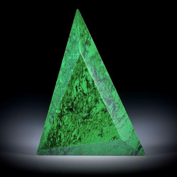 Maw sit sit, (Chloromelanit), 53.88ct. Dreieckform facettiert, ca.47x34.5x6.5mm