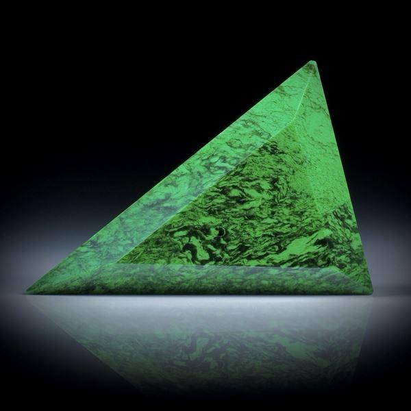 Maw sit sit, (Chloromelanit), 54.17ct. Dreieckform facettiert, ca.45x32.5x7mm