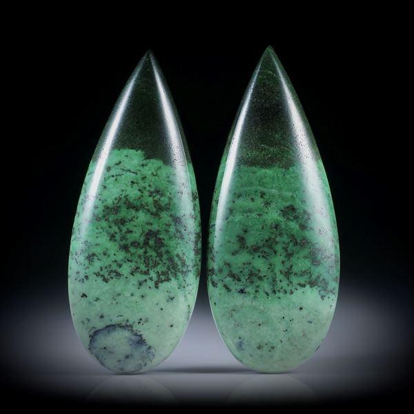 Grossular, Transvaal Jade 93.080ct.  Paar in Tropfenform, je ca.47x19x6mm