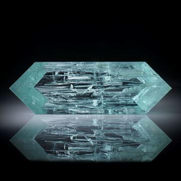 Aquamarin 70.01ct. Spiegelschliff mit naturbelassener Kristallfläche ca.58x19x9mm