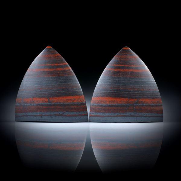 Jaspis Paar mit Hämatitlinien 88.13ct.  mattierte Schildformen, leicht bombiert, oberer Rand naturbelassen, je ca.31x30x5.5mm