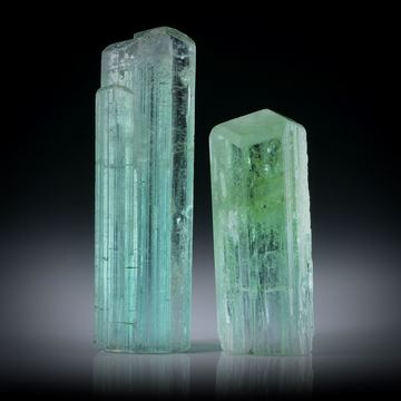 Turmalinkristall Paar grün, total 35.76ct. mit angeschliffenen Standflächen, ca.32x9.5x8.5mm