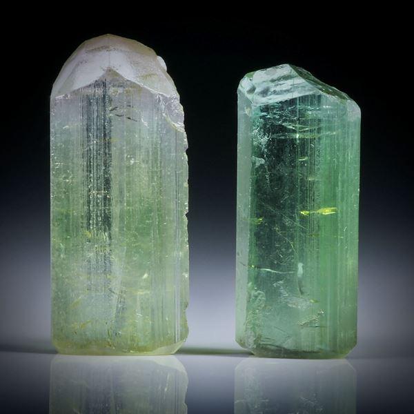 Turmalinkristall Paar grün, total 14.04ct. mit angeschliffenen Standflächen, ca.17.5x7.5x6.5mm und ca.16x7x5mm