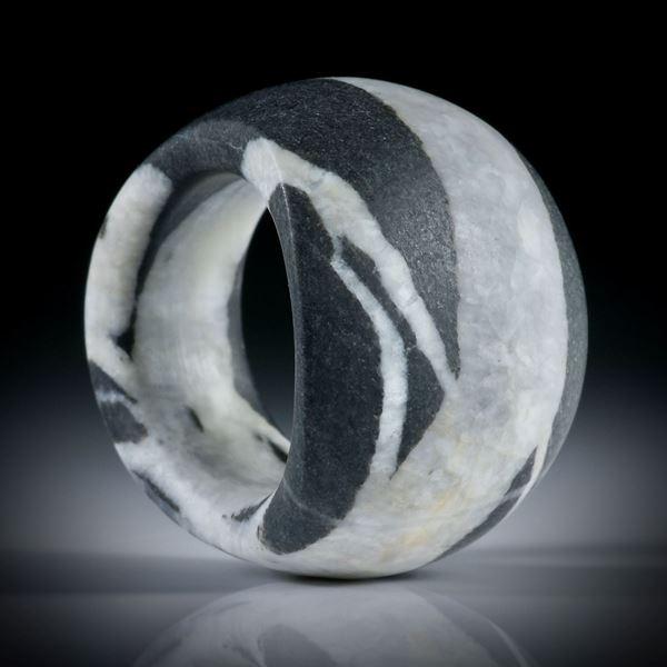 Kieselstein Fingerring 68.1ct. im Verlauf geschliffen, Breite unten 10.5mm, Innendurchmesser 18mm