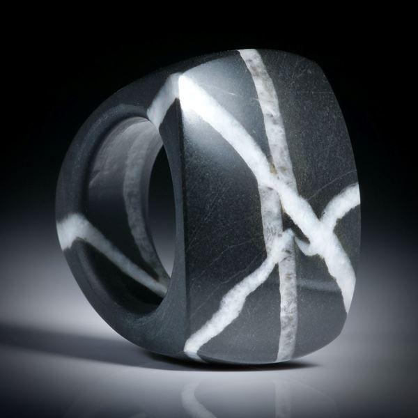Kieselstein Fingerring 74.9ct. im Verlauf geschliffen, Tafel poliert, Breite unten 10.5mm, Innendurchmesser 18mm