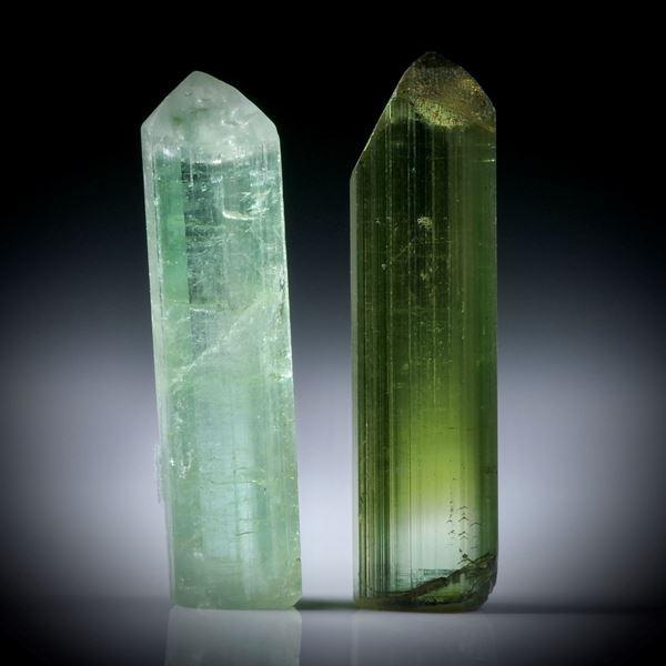 Turmalinkristall Paar grün, total 14.9ct. mit angeschliffenen Standflächen, je ca.24x6.5x5mm und ca.23x6x6mm