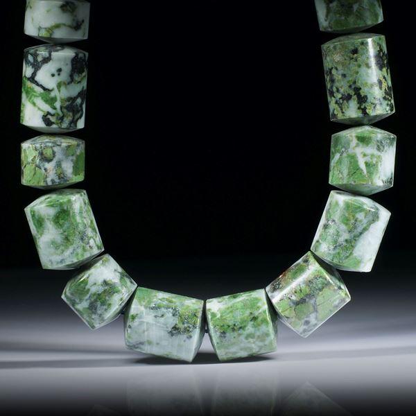Smaragdit, Allalingabbro, zylinderförmiges Collier mit bombierten Stirnseiten, Durchmesser ca.17mm, Länge 44.5cm