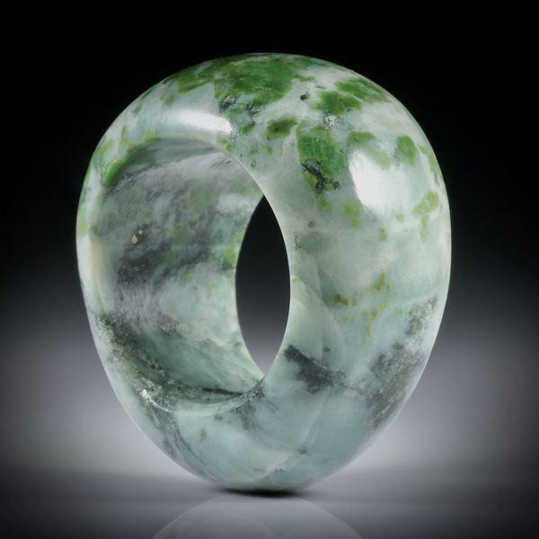 Smaragdit, Allalingabbro, Steinring im Verlauf geschliffen und poliert, Breite von 19mm auf 14mm, Innendurchmesser 19mm