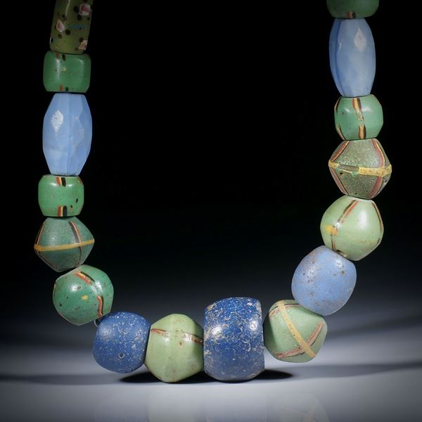 Collier aus antiken Glasperlen (Venedig 1700 - 1900), verschiedene Formen, im Verlauf von ca.21x21x14mm auf 7x7x12mm, Länge ca.45cm, aufgezogen ohne Verschluss