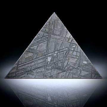 Eisenmeteorit mit geätzter Oberfläche, Dreieckform ca.45x31x2.5mm
