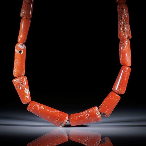 Edelkoralle corallium rubrum, 369.5ct. Collier im Verlauf, Durchmesser von ca.14mm auf 9mm, Länge ca.42cm, aufgezogen ohne Verschluss