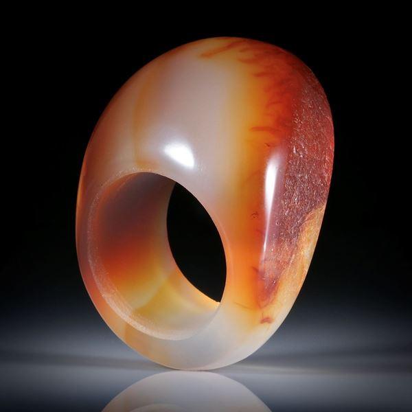 Karneol Fingerring, teilweise naturbelassen, im Verlauf geschliffen, Breite unten 13mm, Innendurchmesser 20.1mm