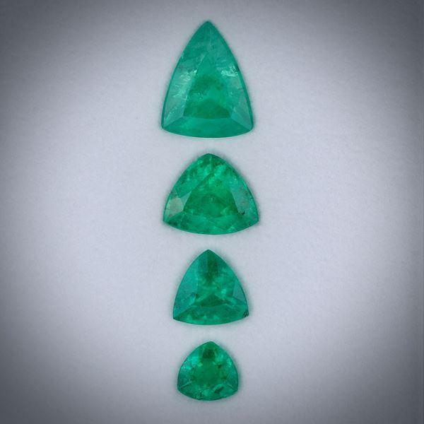 Smaragd 2.43ct.  Lot aus 4 Steinen, Dreieckschliff facettiert, Längen von ca. 4.5 bis 8.5mm