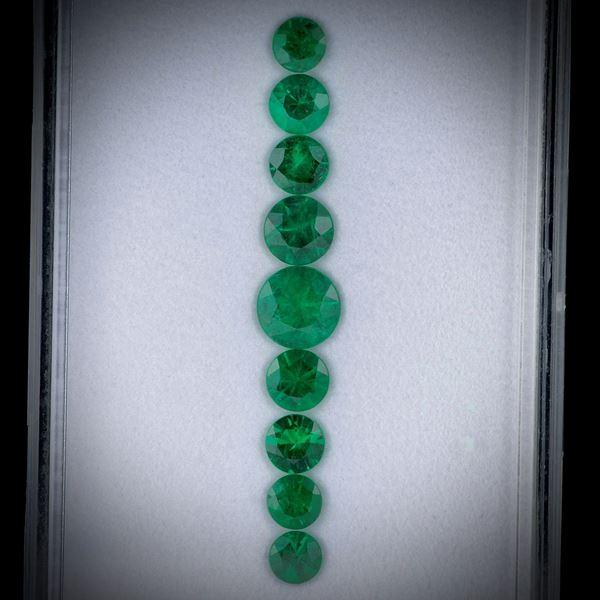 Smaragd 2.45ct.  Lot aus 9 Steinen, rund facettiert, Durchmesser von ca. 3.5 bis 6mm