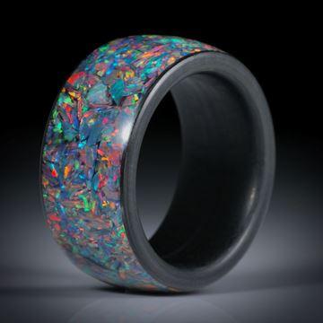 synthetischer Opal in Epoxydharz, Innen- und Seitenringe aus Karbon, Breite 12mm, Innendurchmesser 19.7mm