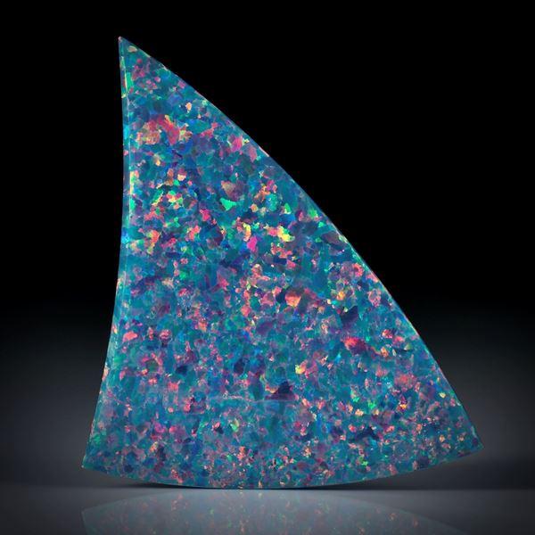 synthetischer Opal, Dreieckform in Torsion geschliffen und beidseitig poliert, ca.55x35x3mm