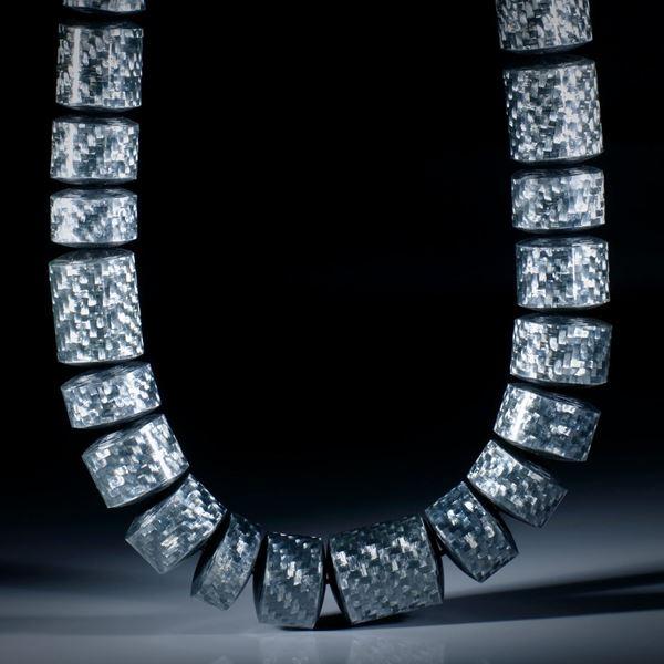 Alutex Collier, grosse Zylinderformen poliert, seitlich leicht gerundet, Durchmesser ca.17mm, Länge 47cm, aufgezogen ohne Verschluss