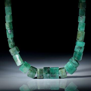 Smaragd Brasilien, Collier aus polierten Sechseck Formen, Durchmesser von ca.6mm bis ca.11mm, Einzelstück, Länge ca.43.5cm