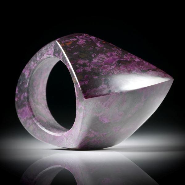 Sugilith Fingerring, Fantasieform poliert, Breite unten 9mm, Innendurchmesser 18mm