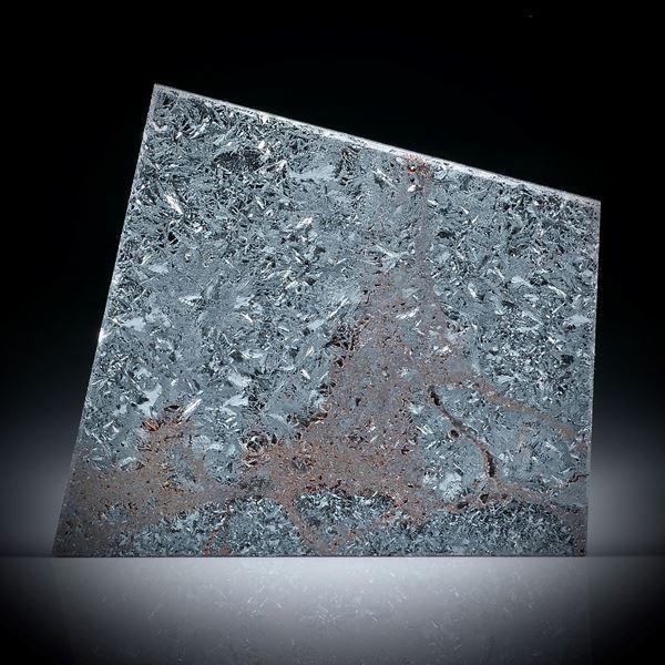 grobkristalliner Hämatit, flache Trapezform, mit Karbon hinterlegt, ca.37x34x4mm