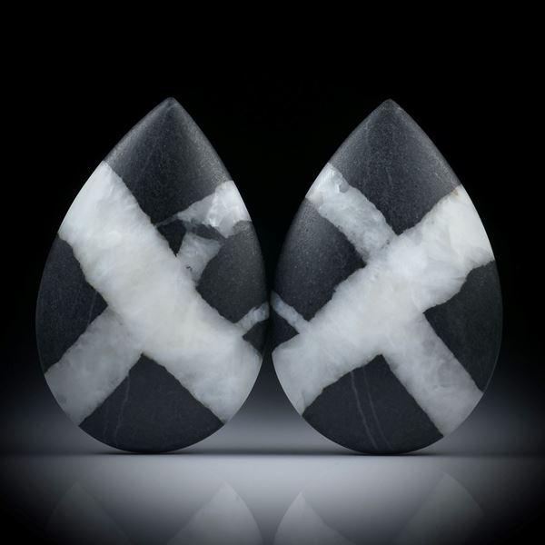 Kiesel Paar mit Kreuz, in Tropfenform, einseitig bombiert und feinmatt, je ca.39x25x6.5mm