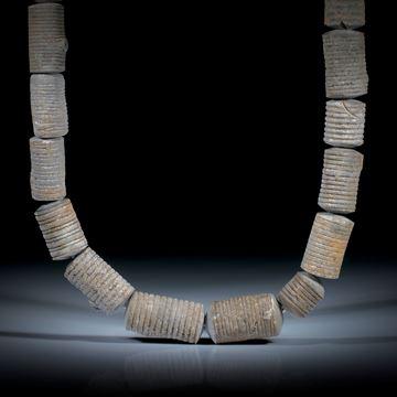 Collier aus versteinerten Seeliliestängeln, Stirnseiten bombiert geschliffen, Länge ca.46cm